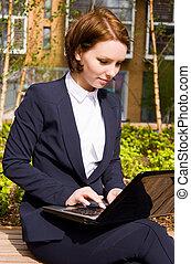 若い, ビジネス 女, 上に働く, a, ラップトップ, outdoors.