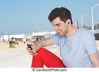 若い, プレーヤー, mp3, 聞くこと, 屋外で, 肖像画, ハンサム, 人