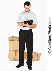 若い, ポスト, 従業員, ∥で∥, 包み, メモをとる, 上に, 彼の, クリップボード