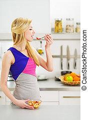 若い, 主婦, 食べること, 成果, サラダ, 中に, 台所