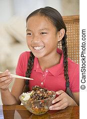 若い 女の子, 中に, 食堂, 食べること, chinese の食物, 微笑