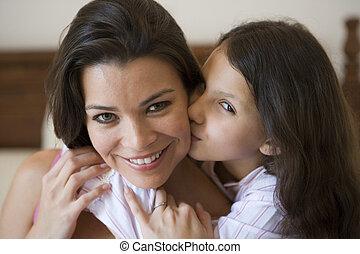 若い 女の子, 接吻, 微笑の 女性, 上に, 頬, 中に, 寝室, (selective, focus)