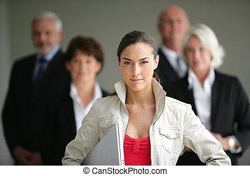 若い, 女性実業家, リーダー, の, a, ビジネス チーム