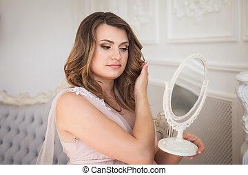 若い, 妊婦, 賞賛, ∥, 反射, 中に, ∥, 鏡, 上に, ソファー, 中に, スタジオ