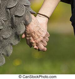 若い, 年配, 手を持つ
