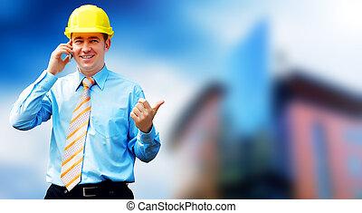 若い, 建築家, 身に着けていること, a, 保護である, ヘルメット, 地位, 上に, ∥, 建物, 背景