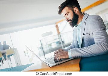 若い, 従業員, コンピュータに取込むこと, の間, 仕事日, 中に, オフィス