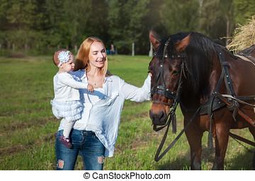 若い, 母 と 子供, 近くに, a, 馬