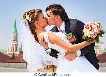 若い, 結婚式の カップル, 接吻