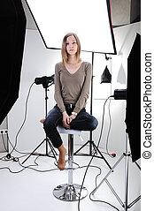 若い, 美しい, モデル, ポーズを取る, 中に, professionally, 装備された, スタジオ