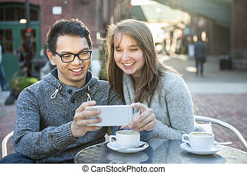 若い, smartphone, カフェ, 2人の人々