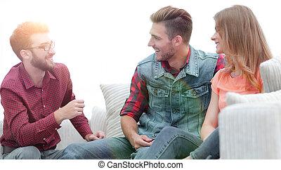 若者達のグループ, 話し, ソファーの上に座る