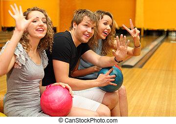 若者, そして, 2, 幸せ, 美しい少女たち, 座りなさい, 把握, ボール, そして, 出迎えなさい, 誰か, 中に, ボウリング, club;, フォーカス, 上に, 人
