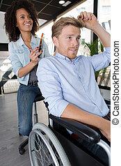 若者, 中に, a, 車椅子, 行く, へ, 美容師