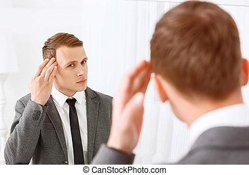 若者, 固定, 彼の, 毛, の前, 鏡