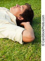 草, 彼の, 側, 手, 光景, 休む, 下に, あること, 頭, 人, 閉じられた目