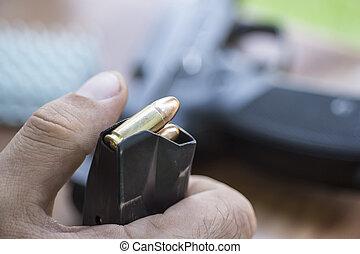 荷を積みなさい, 9mm, 弾薬, 中に, ∥, ピストル, クリップ, 終わり, 。, 手, 銃弾, 雑誌, そして, handgun.