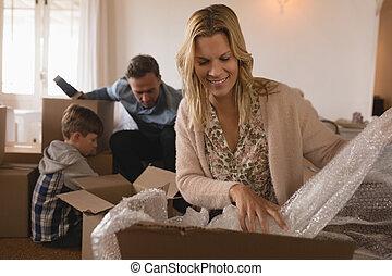 荷を解くこと, 家, 箱, 新しい, ∥(彼・それ)ら∥, ボール紙, 家族