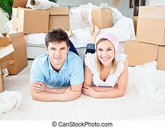 荷を解くこと, 恋人, 箱, 床, 微笑, あること, 後で