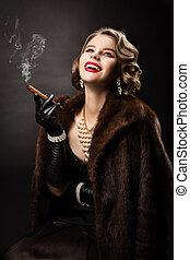 葉巻き, 美しい女性, 毛皮, 宝石類, 美しさ, コート, 真珠, ファッション, 贅沢, 肖像画, 喫煙, モデル, 幸せ, 女の子, レトロ