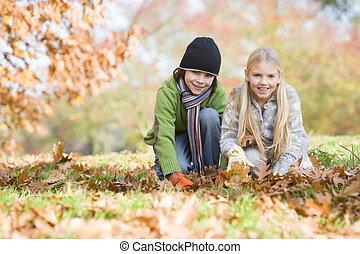 葉, focus), 公園, 若い, 2人の子供たち, 屋外で, (selective, 微笑, 遊び