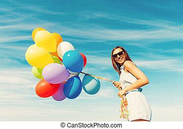 蓝色, 站, 妇女, 角度, 色彩丰富, 察看, 天空, 年轻, 对, 当时, 低, 握住, 微笑, fun., 气球, 开心