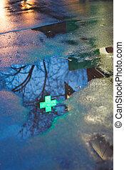 薬局, 交差点, 反射, 中に, 雨, 水たまり