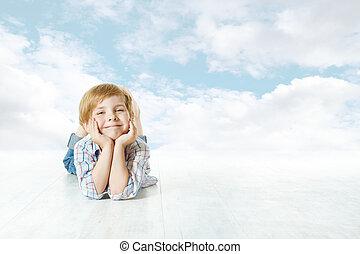藍色, 云霧, 天空, 看起來情緒低落的, 照像機。, 孩子, 小, 微笑, 躺, 孩子