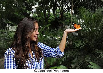 蝶, 女性の モデル, 若い, 手, 森林