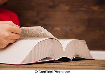 行く, クローズアップ, leafing, ページ, book., 手, 回転, chapter., によって, 女の子, 次に, 本, ページ