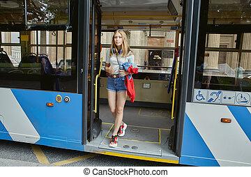 行く, ワゴン, bus., 女, から, 若い