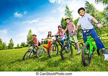 行, ......的, 孩子, 在, 鮮艷, 鋼盔, 藏品, 自行車