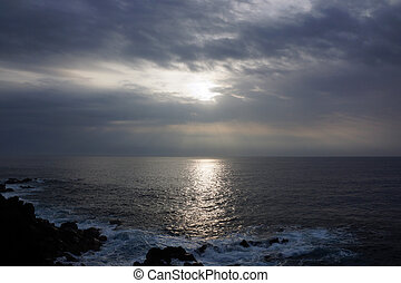 衝突, al, 日の出, 上に, によって, 雲, 海洋 波