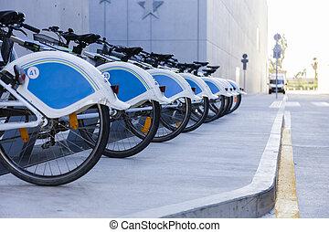 被租到, bicycles, 在一行中