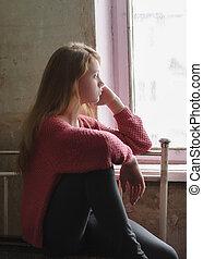 被蕭條, 女孩, 坐, 在, the, 被放棄, 建筑物。