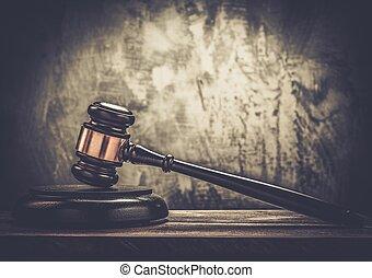裁判官, ハンマー, 上に, 木製のテーブル