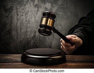裁判官, 把握, ハンマー, 上に, 木製のテーブル