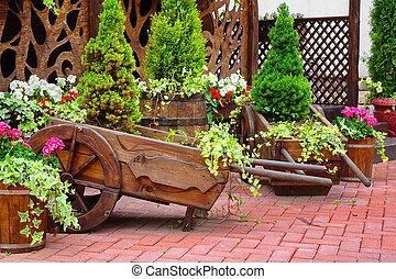 装飾用である, 裏庭, 中庭