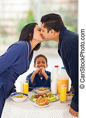 見る, わずかしか, 彼の, 男の子, いつか, 親, 笑い, 接吻, 朝食, 前に