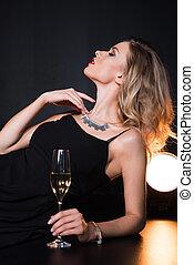 見る, ブロンド, 若い, 魅力的, シャンペン, 女, 離れて, 保有物 ガラス
