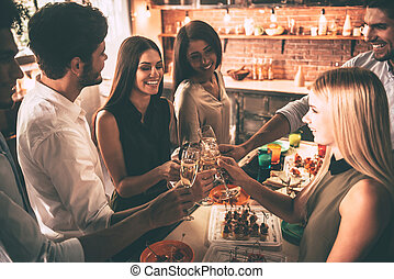 見る, 人々, 平面図, ever!, 若い, 台所, 持つこと, 朗らかである, 元気づけること, 間, パーティー, シャンペン, 友人, 幸せ, 最も良く, フルート