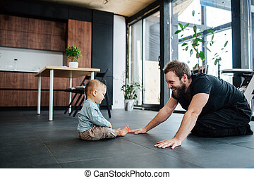 見る, 幼児, 父, 赤ん坊, streching, 彼, 運動, 次に, 彼の