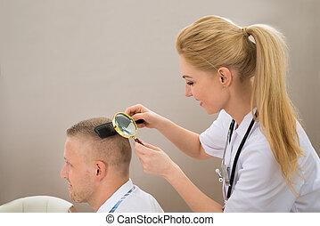見る, 毛, ガラス, によって, 女性, 皮膚科医, 拡大する