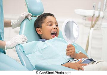見る, 開始, 間, 男の子, 鏡, 訪問, 口, 歯科医
