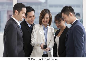 見る, smartphone, グループ, ビジネス 人々