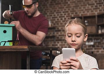 見る, smartphone, 娘