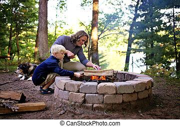 見落とすこと, 火, 父, 湖, 息子, 森, キャンプファイヤー, キャンプ場, リング, 始める
