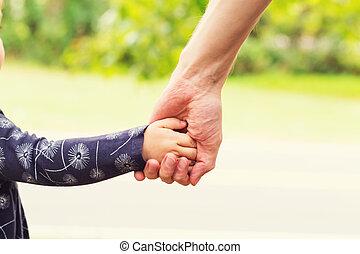 親, 彼女, 手を持つ, 女の子, よちよち歩きの子
