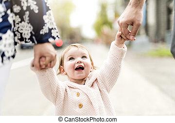 親, 彼女, 若い, 外, 手を持つ, 女の子