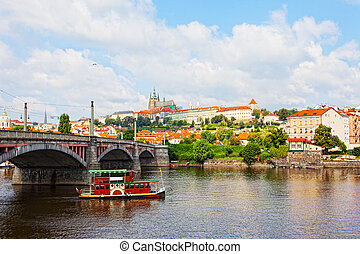 観光客, ∥, 船, 浮く, 下に, チャールズ 橋, プラハ, チェコ共和国